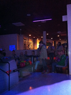 De gidsen en de verkenners zijn deze opkomst samen naar de bowlingbaan gegaan.